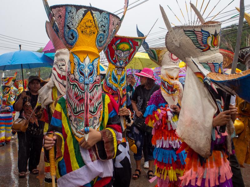 ピーターコーン祭りでピーターコーンの仮面を付けて歩く人々
