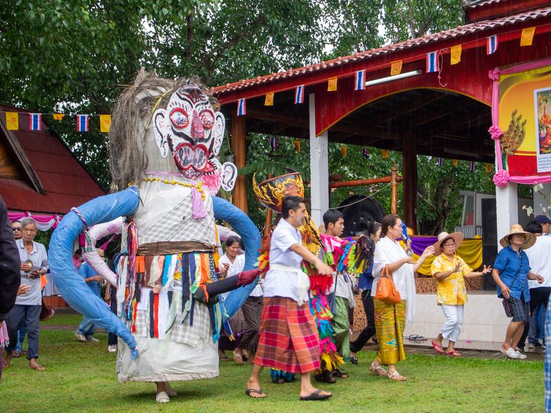 ピーターコーン祭りで、パレードの前日にポーンチャイ寺の回りで踊る地元の人たち