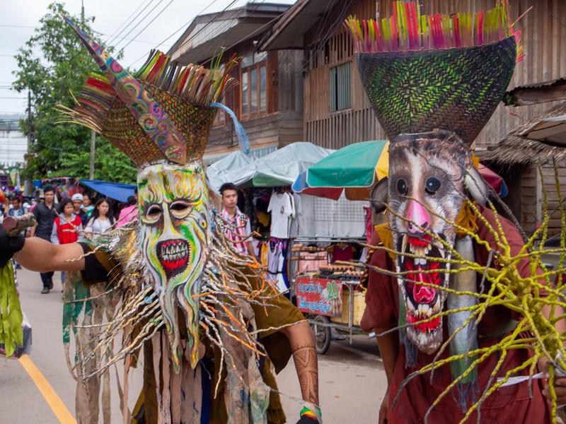 ピーターコーン祭りでプリミティブなピーターコーンの仮面を付けて歩く人々
