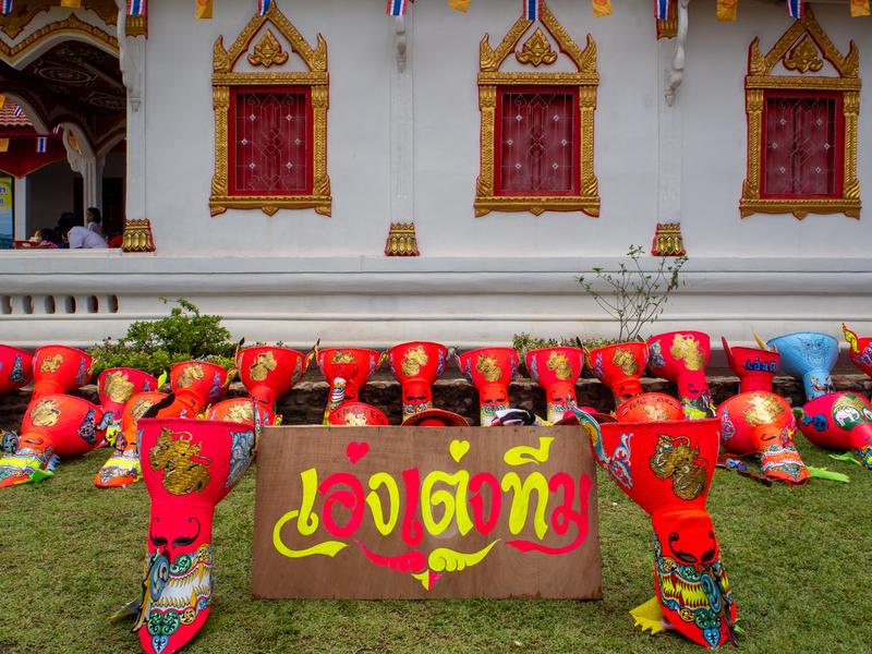 ピーターコーン祭りのパレード終了後、ポーンチャイ寺に置かれた仮面
