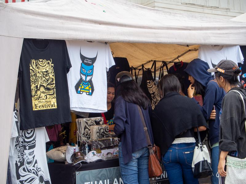 ピーターコーンのTシャツを売っているダーンサーイの土産物屋