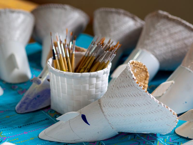 ダーンサーイ郷土博物館に展示されている色を塗る前の白いピーターコーンの仮面