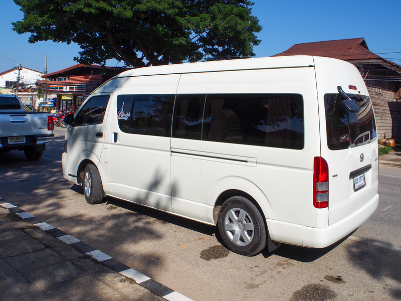 スコータイ空港から市内へ向かうリムジンバス