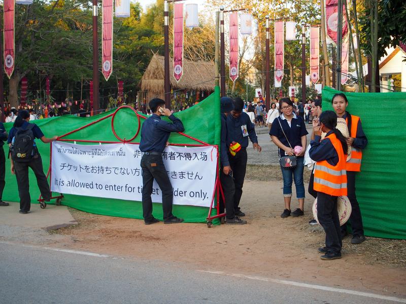 チェンマイで開催されるイーペン・ランナー・インターナショナルの会場入口でチケットをチェックする警備員