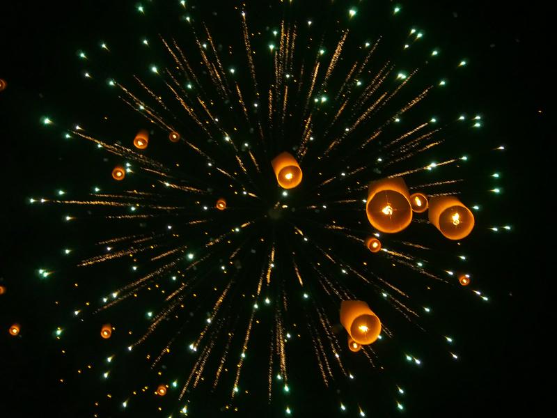 チェンマイで開催されるイーペン・ランナー・インターナショナルでのメインイベントで宙に舞うコムローイと花火