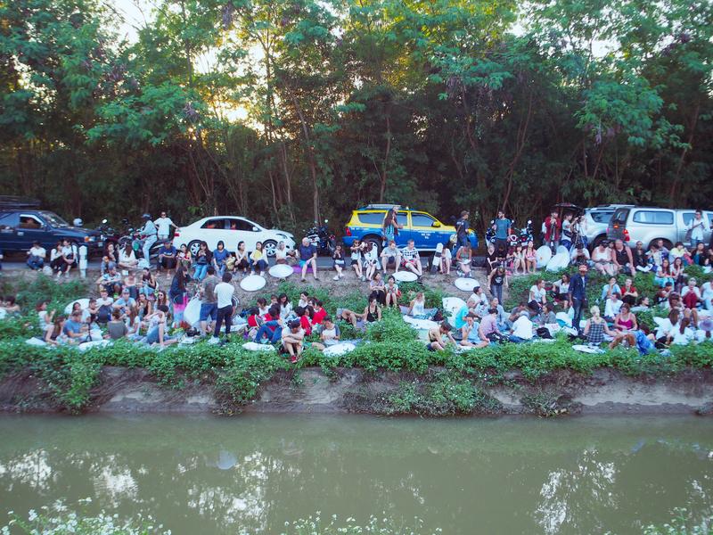 チェンマイで開催されるイーペン・ランナー・インターナショナル会場の近くの川で見学する人たち