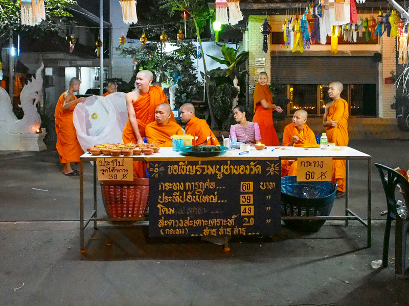 チェンマイのお寺でクラトンとコムローイを売る少年僧
