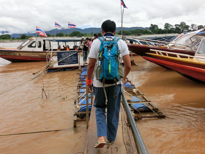 ゴールデントライアングルからラオスのドンサオ(Donsao)へ向かうボートに乗るツアー客