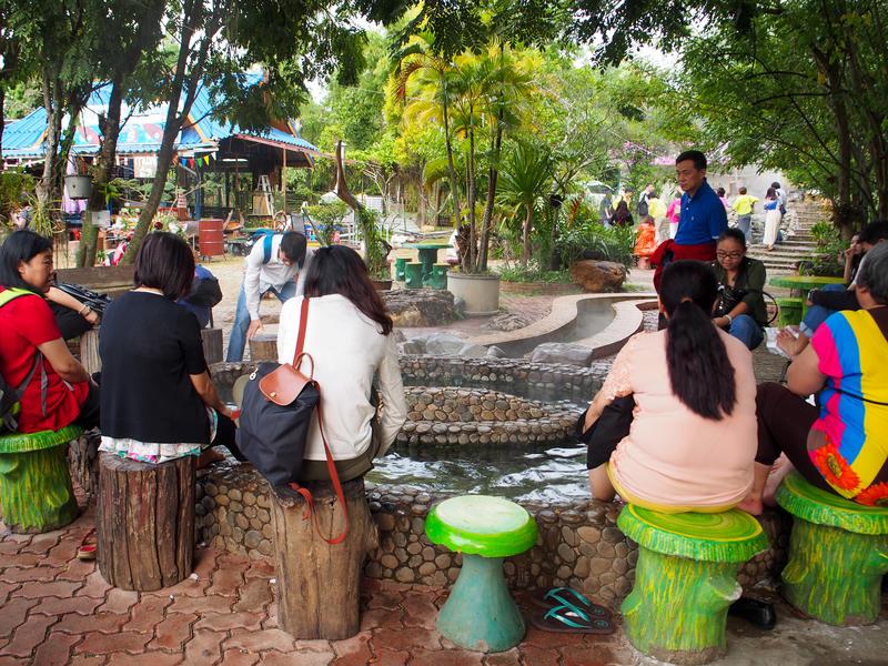チェンライの温泉で足湯を楽しむ観光客