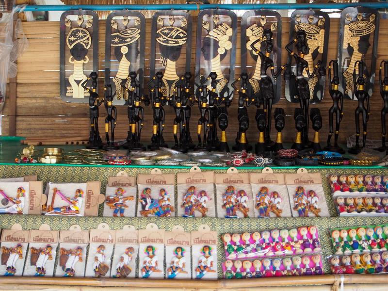 首長族の村で売られている首長族をモチーフにしたお土産類