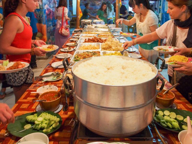 首長族のツアーの途中で提供されるビュッフェスタイルの昼食