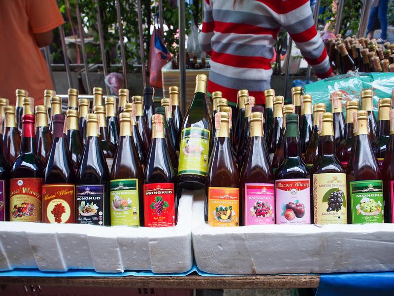 タイのメーサイで売られている様々なフルーツのワイン