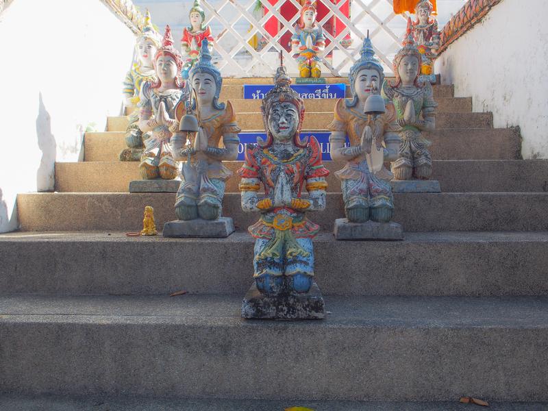 チェンマイのワット・ケート・カーラーム(Wat Ket Karam、วัดเกตการาม)「WOMEN ARE NOT ALLOWED」と書かれたの女人禁制の階段