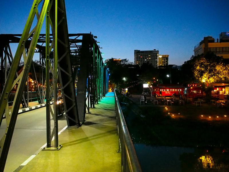ライトアップされ、黄緑色になっているチェンマイのピン川に架かるレック橋