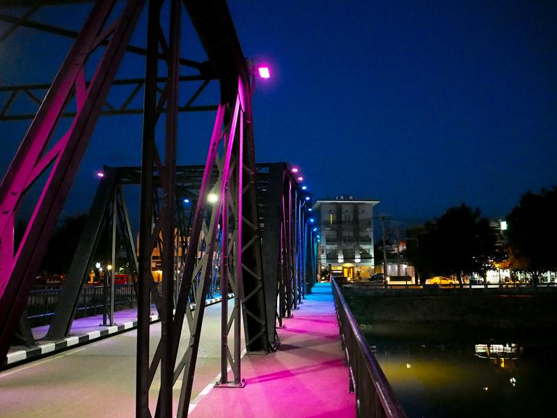 ライトアップされ、ピンク色になっているチェンマイのピン川に架かるレック橋