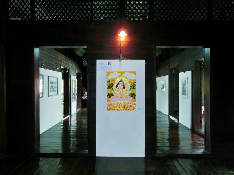 チェンマイにあるラーンナー建築センターの建物と館内に展示されている絵画