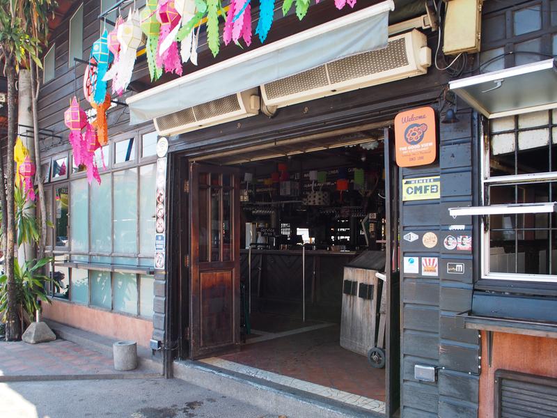 チェンマイのピン川沿いにある古い家を利用したカフェ