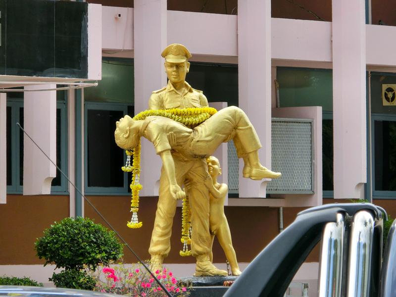 チェンマイ警察署にある警官の黄金像