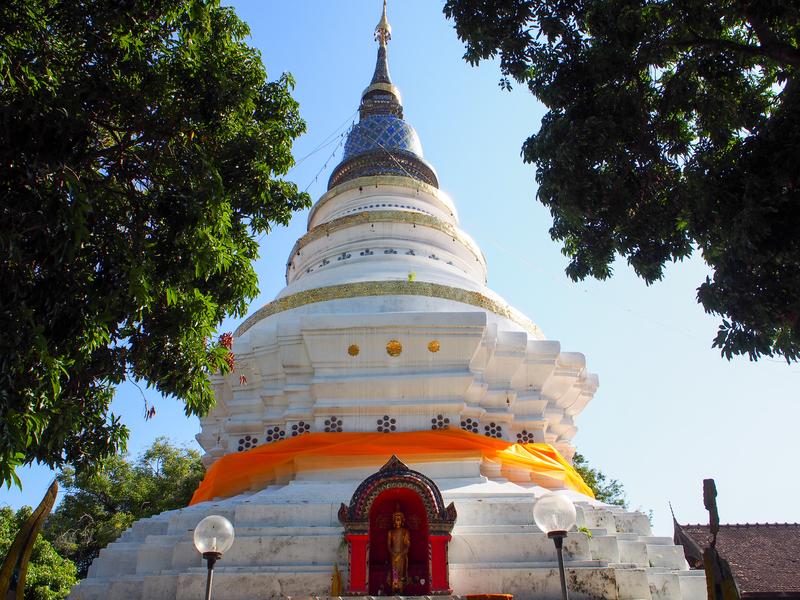 チェンマイのワット・ケート・カーラーム(Wat Ket Karam、วัดเกตการาม)の白い仏塔