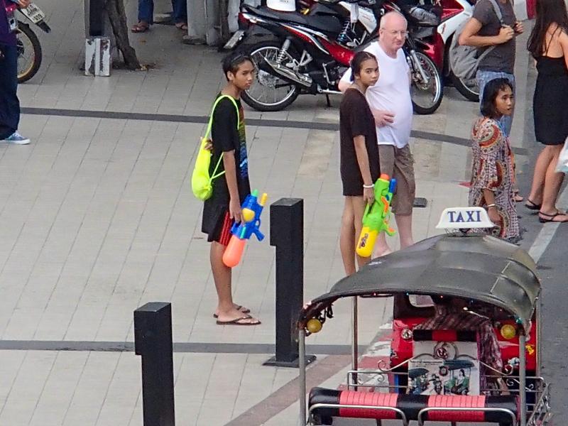 バンコクのソンクラーンで大きな水鉄砲を持つ人たち