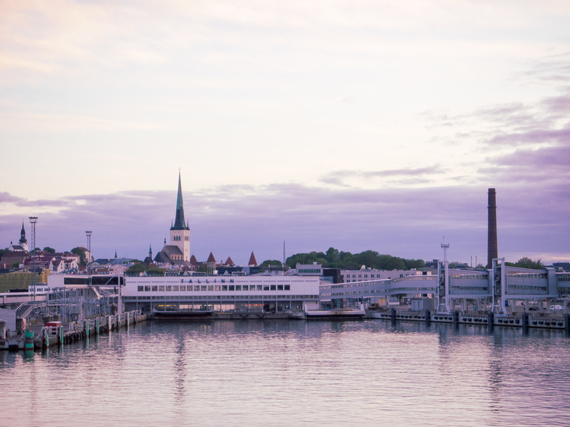 タリンクシリヤラインのフェリーがエストニアのタリンに到着した時の様子。外はまだ明るい。