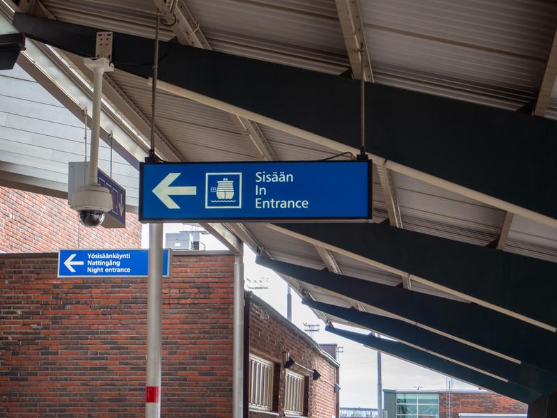 ヘルシンキのウェストハーバーのターミナルビルの看板