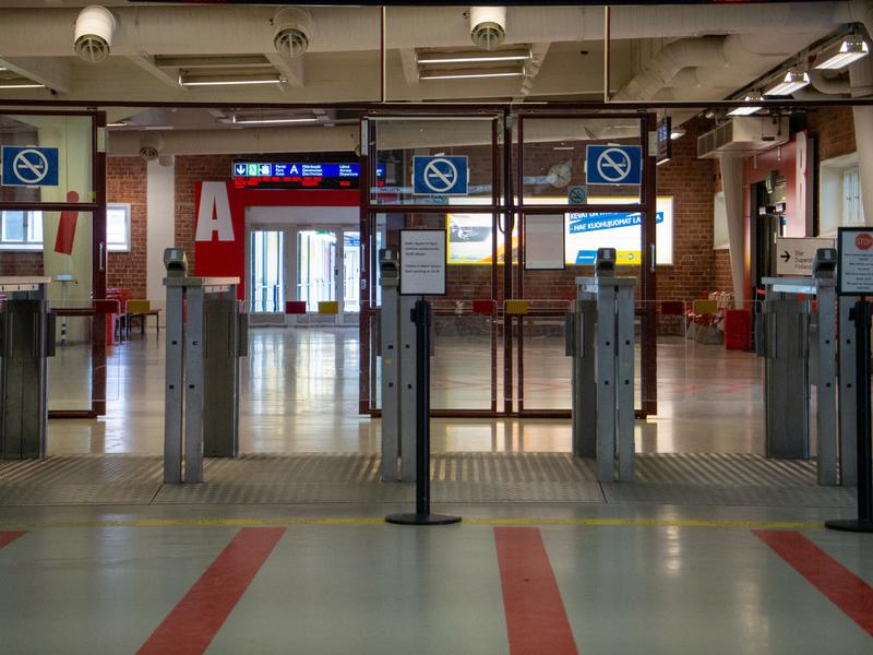 タリンクシリヤラインのフェリー乗船客用の待合室に入る前の改札口