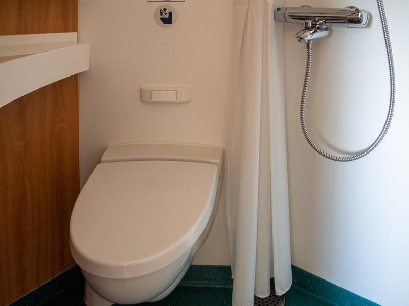 タリンクシリヤラインのBaltic QueenのA-Premium(プレミアム)クラスのキャビンのバスルーム