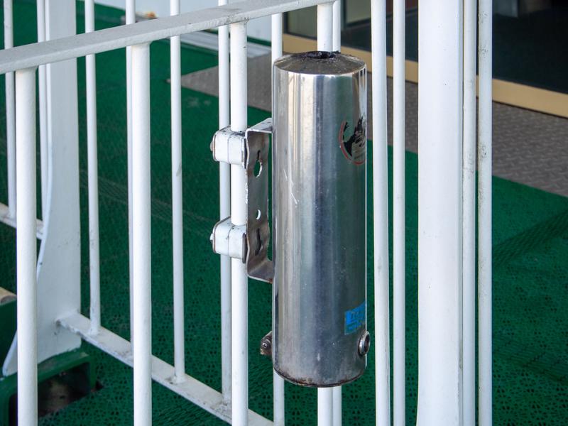 タリンクシリヤラインのBaltic Queenでは灰皿はデッキにある。タバコは灰皿のある所で。