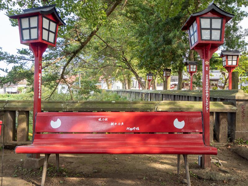 臼杵市にある福良天満宮の猫の顔がデザインされた赤いベンチ