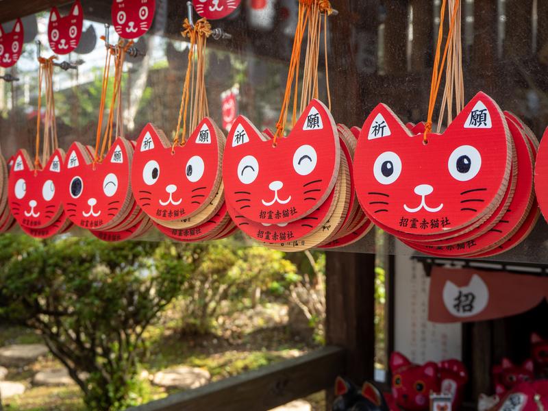 臼杵市にある福良天満宮の猫の頭の形をした赤い絵馬