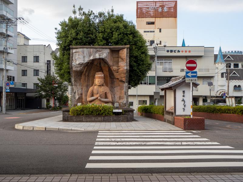 臼杵市にある臼杵駅の前に設置されている石仏