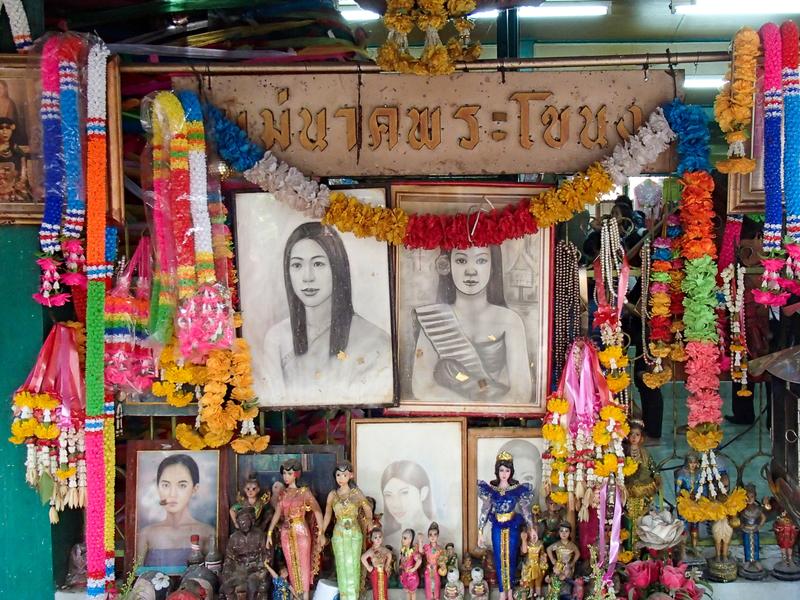 メー・ナーク・プラカノンを祭る建物の入口脇にあるメー・ナークの肖像画や人形