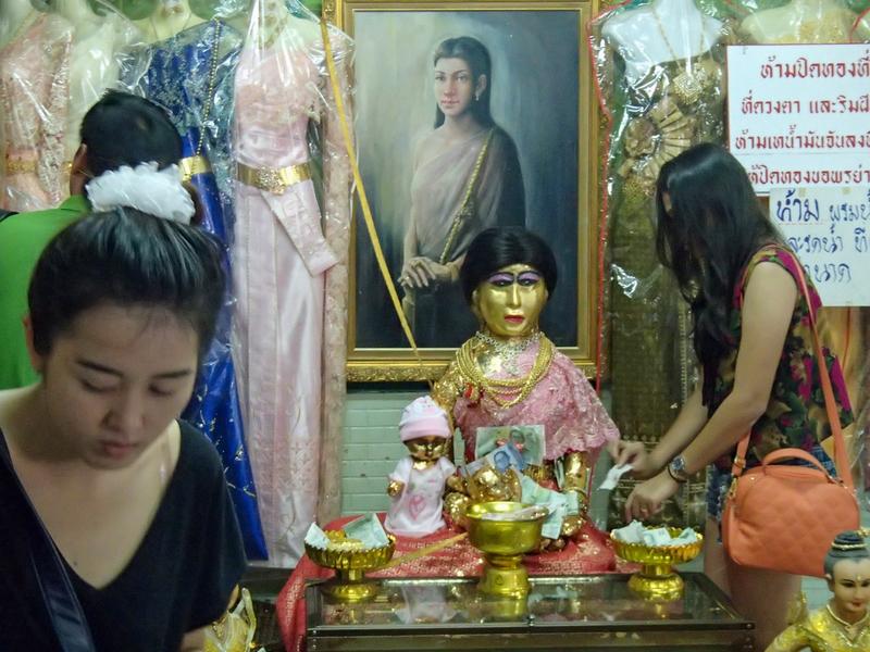 メー・ナーク・プラカノンの黄金の色をした人形