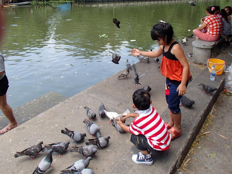 タイの子供たちに混じってタンブンを行う