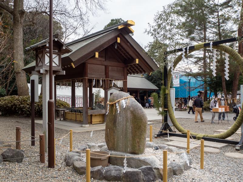 櫻木神社の芽の輪くぐりをする大きな円形のしめ縄