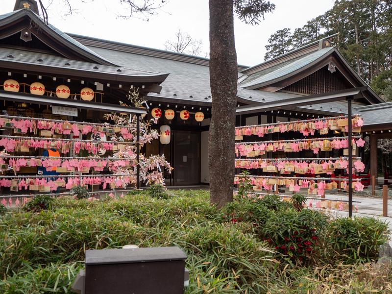 櫻木神社の建物とピンク色の絵馬