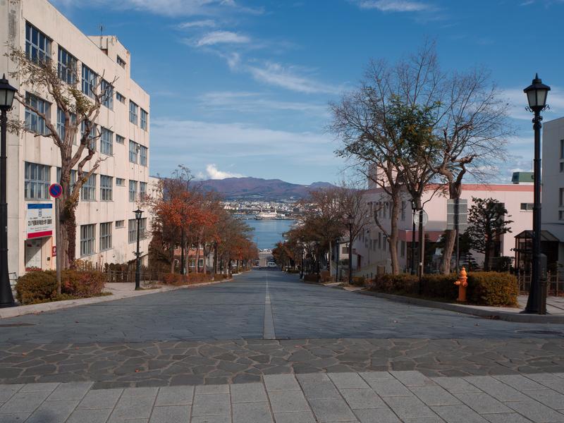 八幡坂の坂上から眺めた海