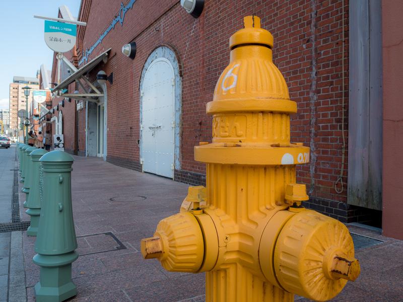 函館市の金森赤レンガ倉庫のエリアにある黄色い消火栓