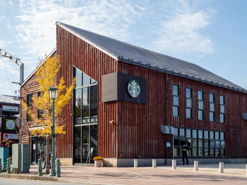 金森赤レンガ倉庫が並ぶ一角にある古い倉庫風のスターバックスコーヒー函館ベイサイド店