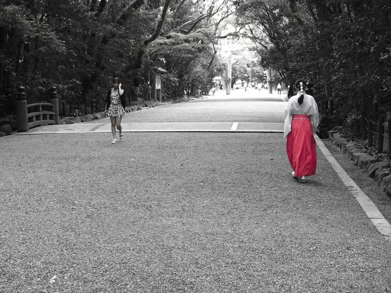 名古屋市にある熱田神宮の境内を歩く赤い袴の巫女さん
