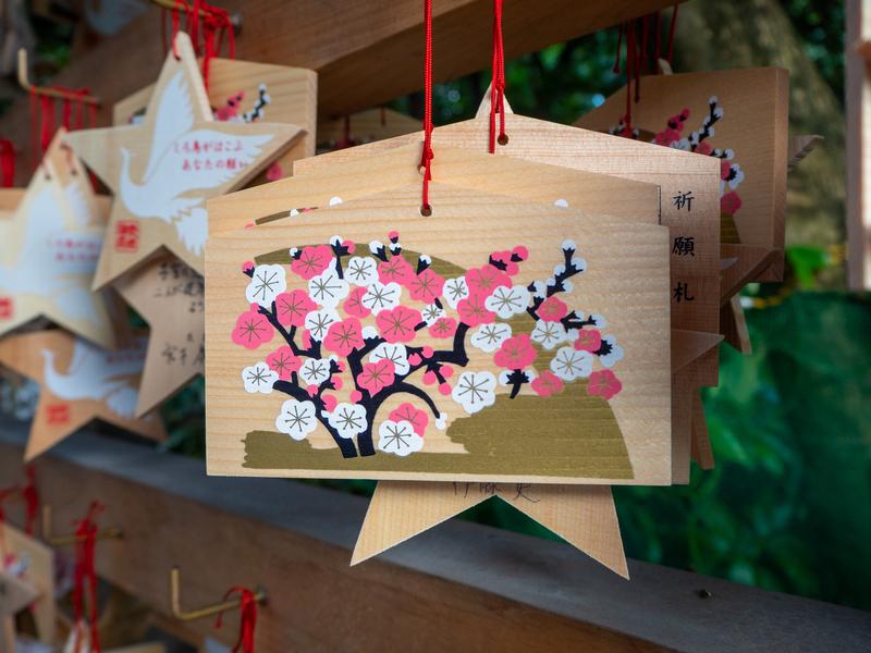梅の絵が描かれた熱田神宮の絵馬