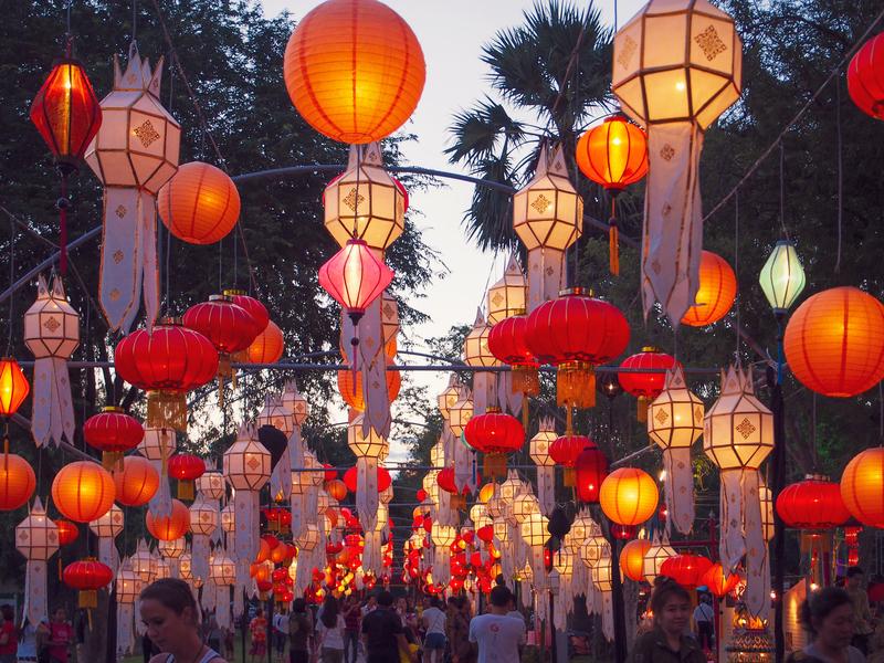 スコータイのロイクラトン祭りを彩る提灯