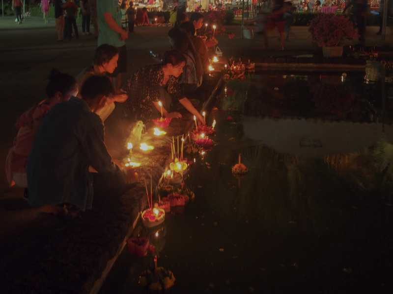 スコータイのロイクラトン祭りで池に灯籠を流す人々