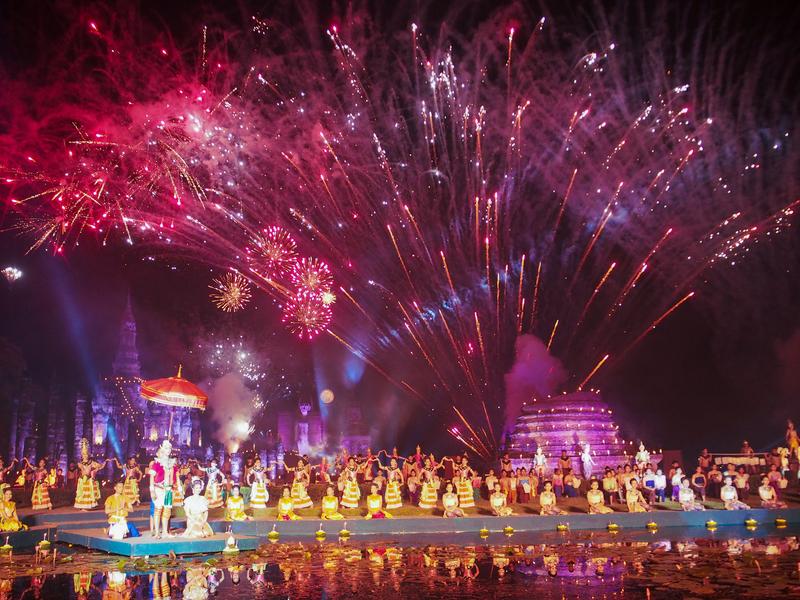 スコータイ遺跡公園で行われるロイクラトン祭りの光と音のミュージカルショー