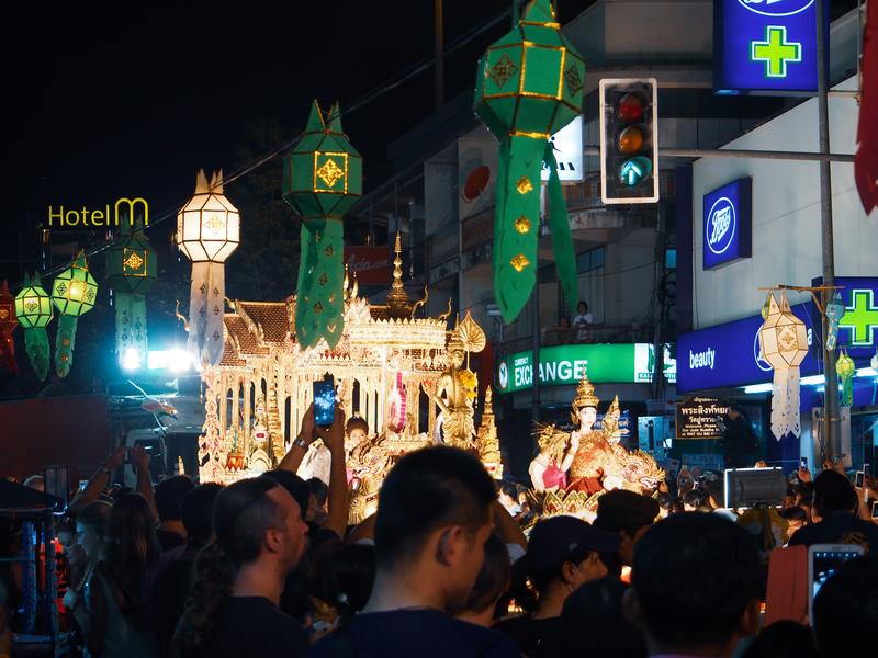チェンマイのロイクラトン祭りのパレードで混雑する歩道