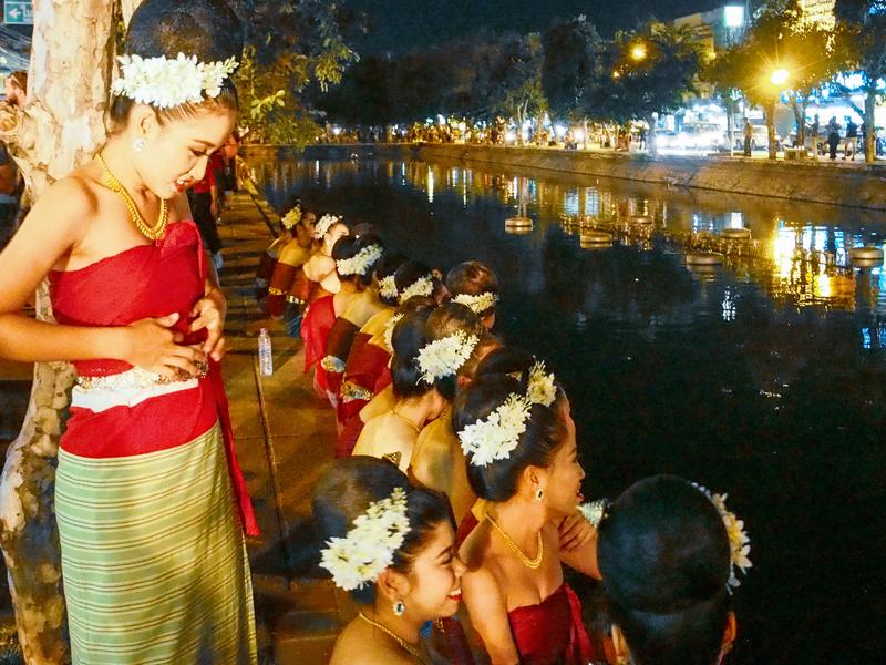チェンマイのロイクラトン祭りのパレード前にくつろぐタイの女性