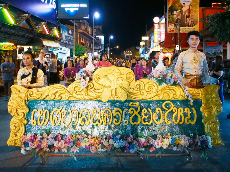 チェンマイのロイクラトン祭りのパレード