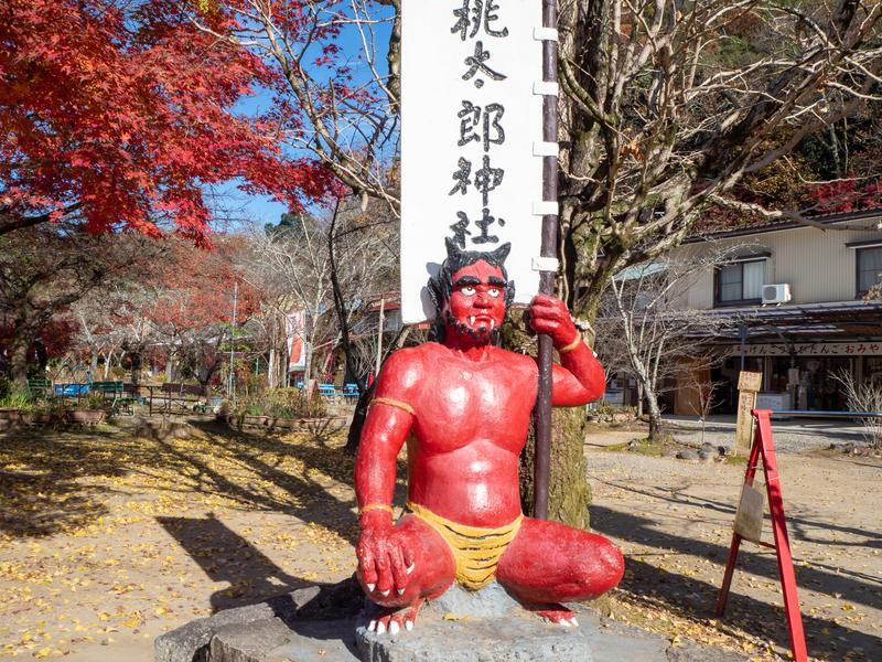 犬山市にある桃太郎神社の入口に鎮座する赤鬼