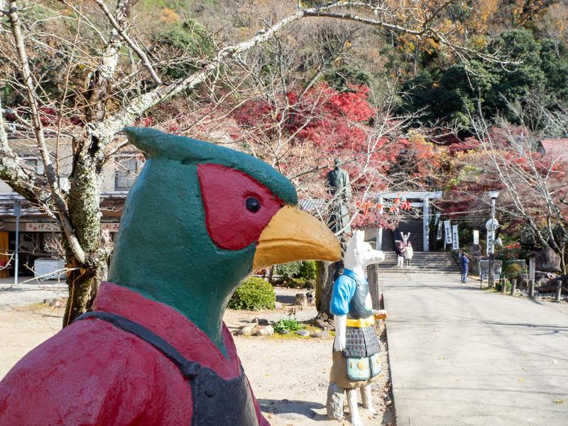 犬山市にある桃太郎神社の入口近くにある人間のようにデフォルメされた雉の人形
